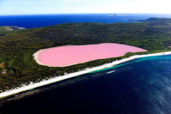 6. Lake Hillier (Australia)