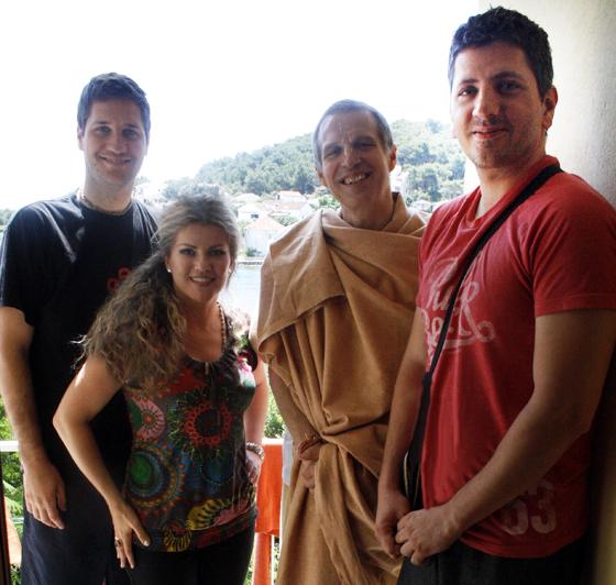 Uredništvo Atme u društvu Sacinandana Swamija. S lijeva na desno: Milivoj Popović, Ines Žižić, Sacinandana Swami, Dario Duišin Džunić