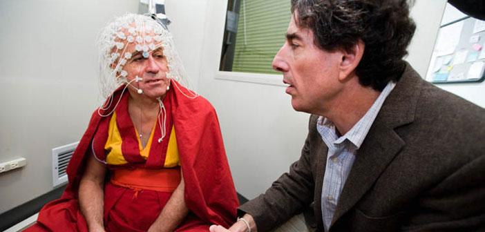 Richard J. Davidson snimljen s jednim tibetanskim redovnikom koji je pokazao koliko meditacija pozitivno utječe na ljudsko fizičko i psihičko zdravlje,