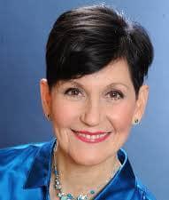 """Dr Lynne McTaggart - žena koju nazivaju """"mostom između znanosti i duhovnosti"""" jer je dokazala da masovna molitva za pojedinca može utjecati na niegovo zdravlje"""