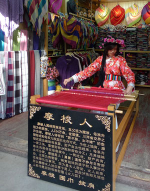 800px Mosuo girl weaver in Old town Lijiang
