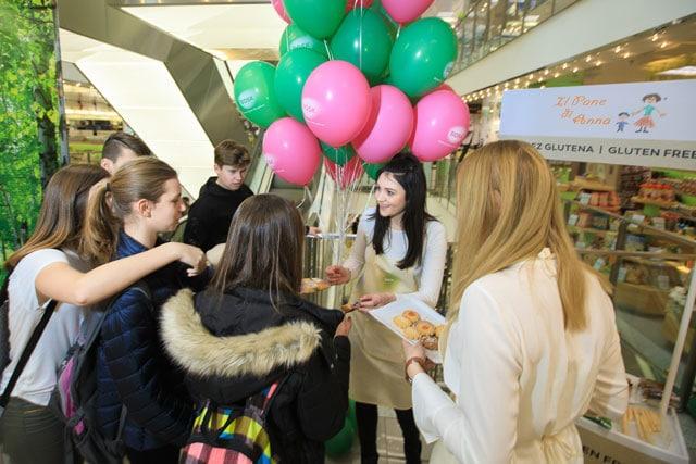 Kupci degustiraju proizvode bez glutena u Mulleru 2