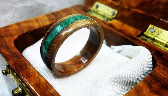 Prsten od dalmatinske masline u kojem je urezbaren poludragi kamen Malahit