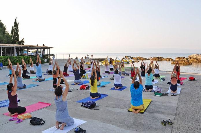 Ljetni program - joga u svakodnevnom životu u parkovima i na plažama hrvatske