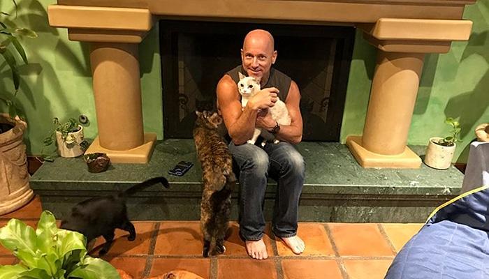 Čovjek s 22 spašene mačke pretvorio je svoj dom u raj za mačke (FOTO)